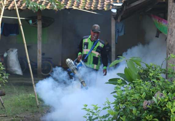 Bersama dengan Puskesmas Gemuh 01 adakan Fogging Pencegahan DBD