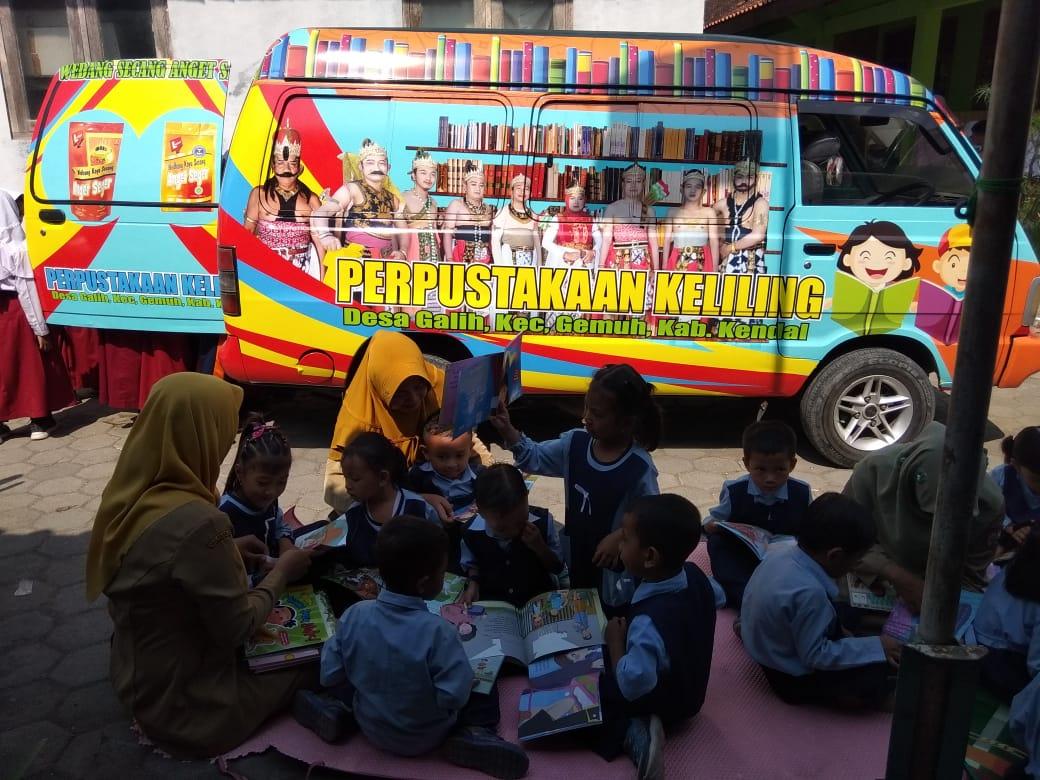 Ajak Anak-anak Giat Membaca Lewat Perpustakaan Keliling Desa